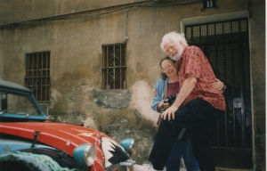 Los Shulgin frente al auto que resultó ser un bonito recuerdo de juventud.  Barcelona, 1977