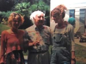 Albert Hofmann con Marta Tramuntana y Teresa en la masía del Dr. Fábregas durante su visita a BCN con motivo de la presentación de su libro Mundo interior, mundo exterior y la participación en unas jornadas organizadas por JM Fericgla.